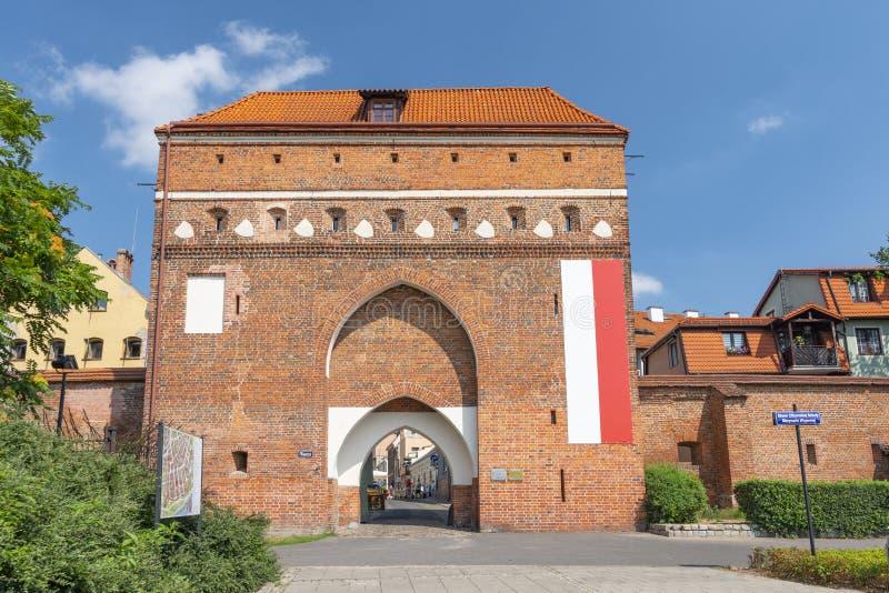 Cloister Gate Polaco: Brama Klasztorna, fortificación del muro de la ciudad medieval del siglo XIV en Torun, Polonia fotos de archivo libres de regalías