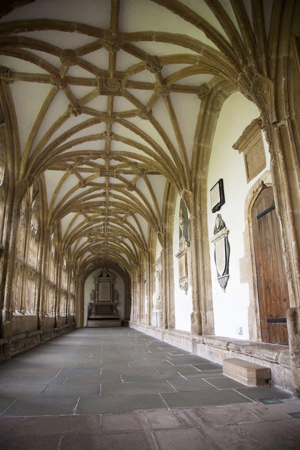 Download Cloister på brunndomkyrkan arkivfoto. Bild av fönster - 27287684