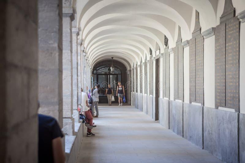 Cloitre interior do claustro do hotel Dieu em Lyon, renovado recentemente É um dos marcos da cidade, um antigo hospital foto de stock
