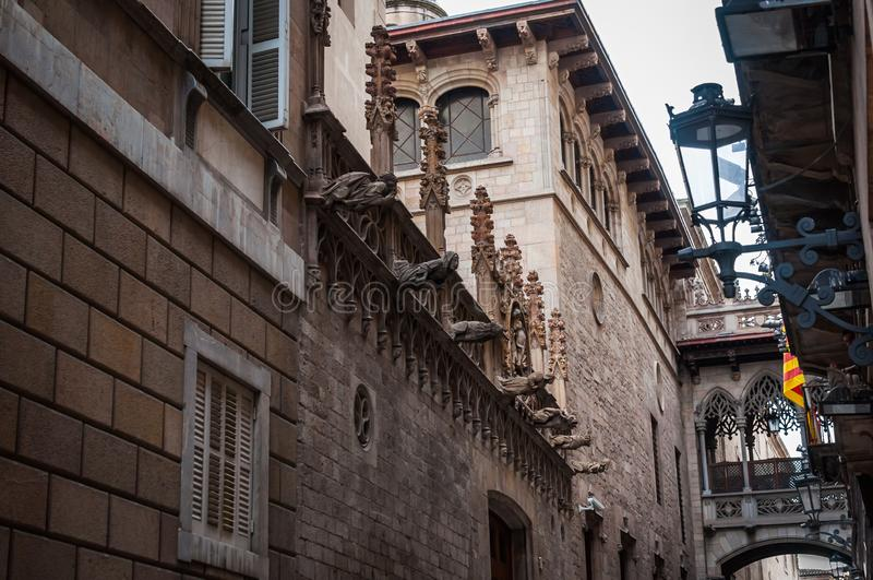 Clone del ponte di Venezia dei sospiri nel quarto gotico di Barcellona immagine stock