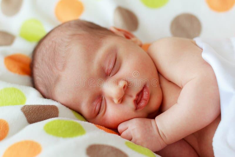 Clope вверх по счастливый спать новорожденного младенца стоковое изображение