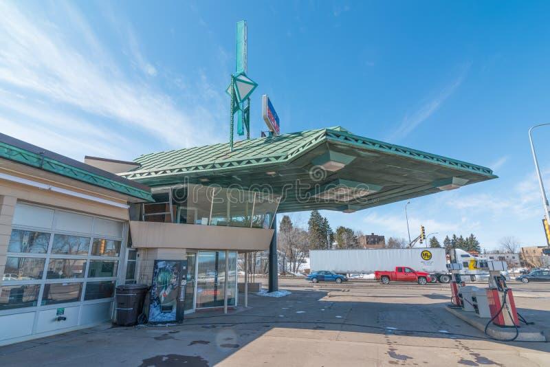 CLOQUET MINNESOTA/USA - MARS 28, 2013: Frank Lloyd Wright planlade bensinstationen i Cloquet, Minnesota royaltyfri foto