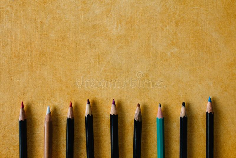 Clored escreve em um fundo de papel estrutural do espaço amarelo da cópia da cor imagens de stock royalty free