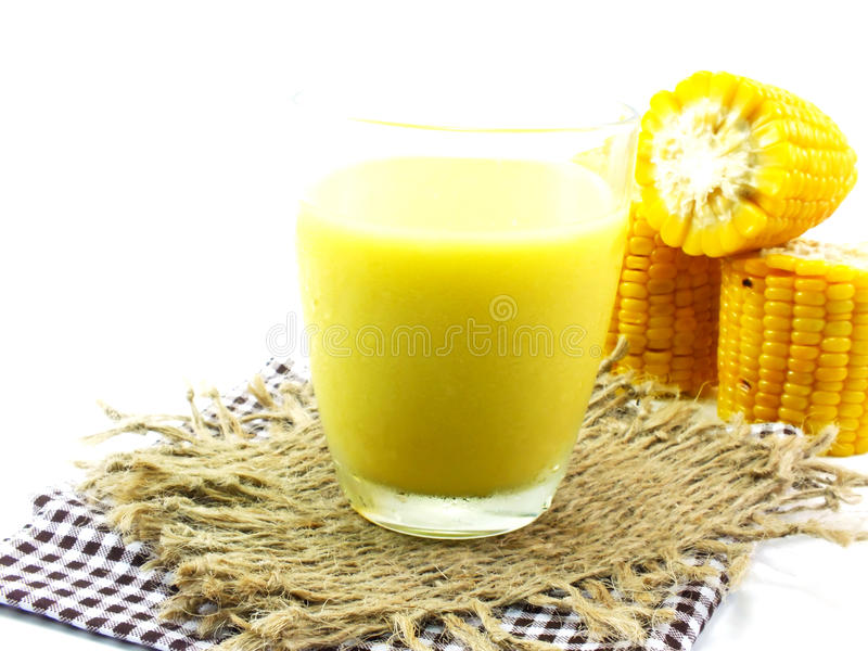 Clos新鲜的甜玉米汁玉米牛奶 免版税库存图片