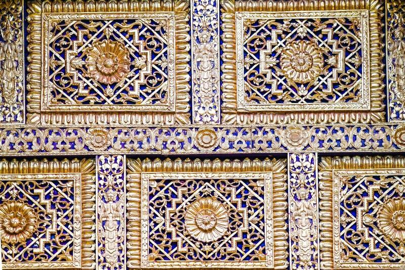 Clos op Azië; Thais het behangart. van de stijl gouden tempel royalty-vrije stock afbeeldingen