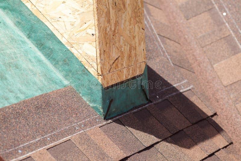 Clos su del tetto piastrellato con le assicelle e la membrana di strato di controllo del vapore immagine stock