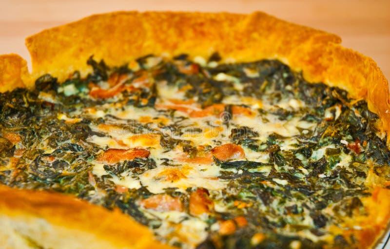 Clos-up da galdéria da quiche do legume fresco e do prosciutto fotografia de stock royalty free