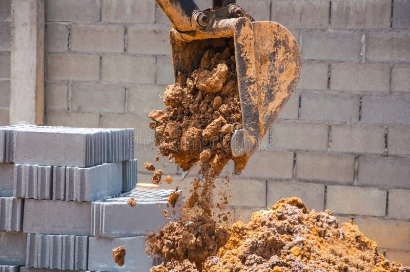 Close up à máquina escavadora suja Bucket, solo de derramamento fotografia de stock
