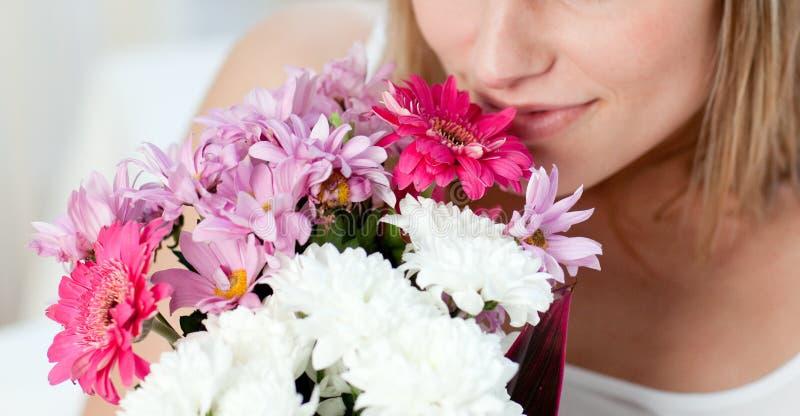 Close-up женщины пуком цветков стоковое фото