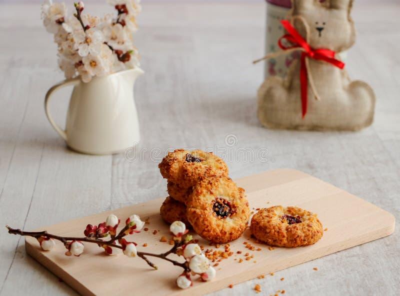 Close-up aan de met de hand gemaakte koekjes met Pasen-decor stock afbeeldingen