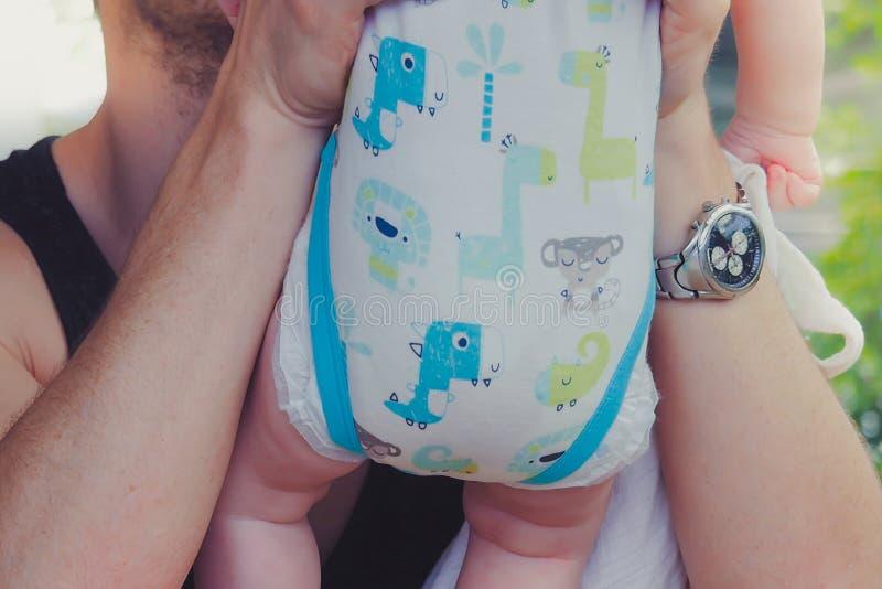 Close-up aan handen van vader die en zijn zoete drukte omhelzen kussen royalty-vrije stock afbeelding