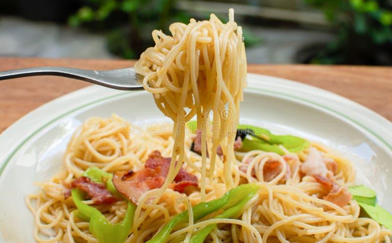 Close-up aan vork met spaghetti op het stock foto's