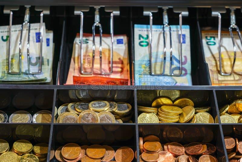 Close up aberto da gaveta da caixa registadora com dinheiro fotos de stock