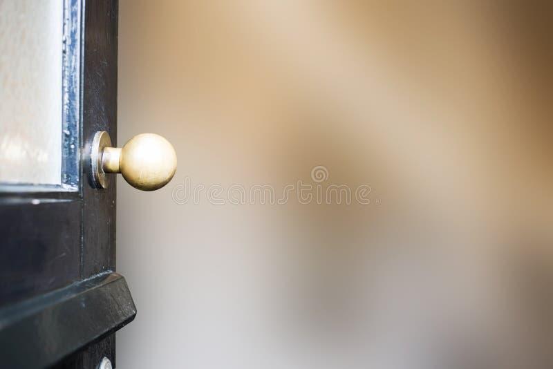 Close-up aberto da porta da rua casa nova ao fundo borrado imagens de stock