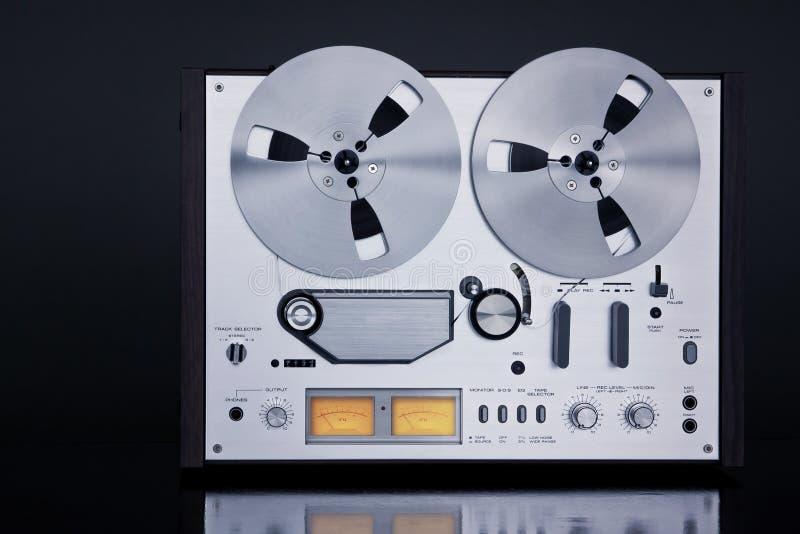 Close up aberto do vintage do registrador da plataforma de fita do carretel do estéreo análogo imagem de stock