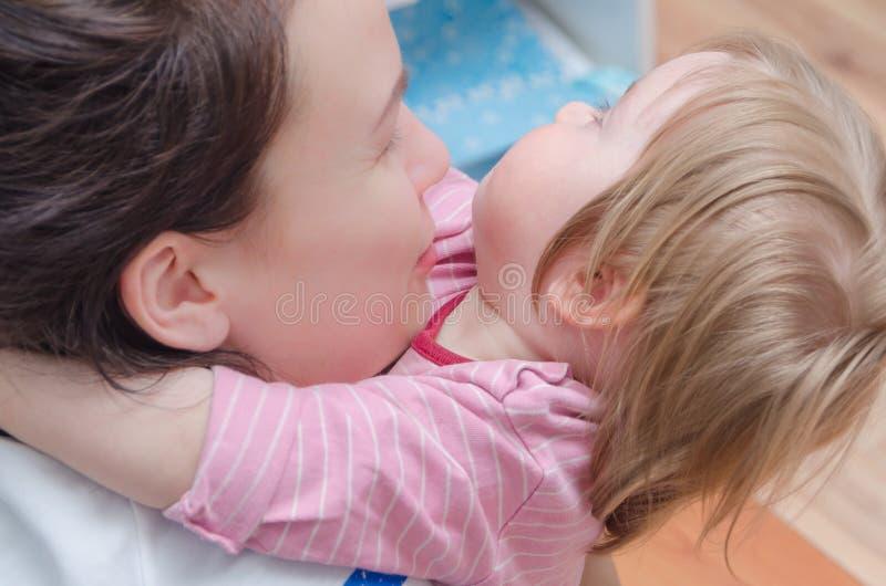 Close-up, abraçando com bebê da mamã imagens de stock royalty free