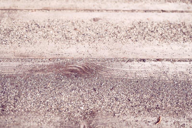 Close-up achtergronddetail van warm zand op houten planken van een kust het strandterras van de de zomertoevlucht - Concept tropi stock afbeelding