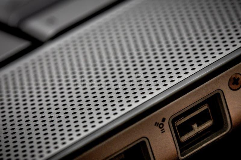 Close up acima do foco seletivo do portátil do computador no ideal do porto do firewire para crimes do cyber do hacker da noite d fotografia de stock
