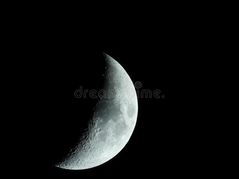 Close-up afiado mesmo da lua crescente de aumenta??o no c?u noturno fotografia de stock