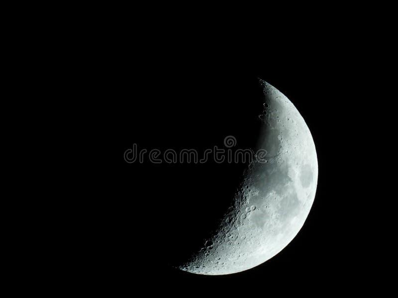 Close-up afiado mesmo da lua crescente de aumenta??o no c?u noturno fotos de stock