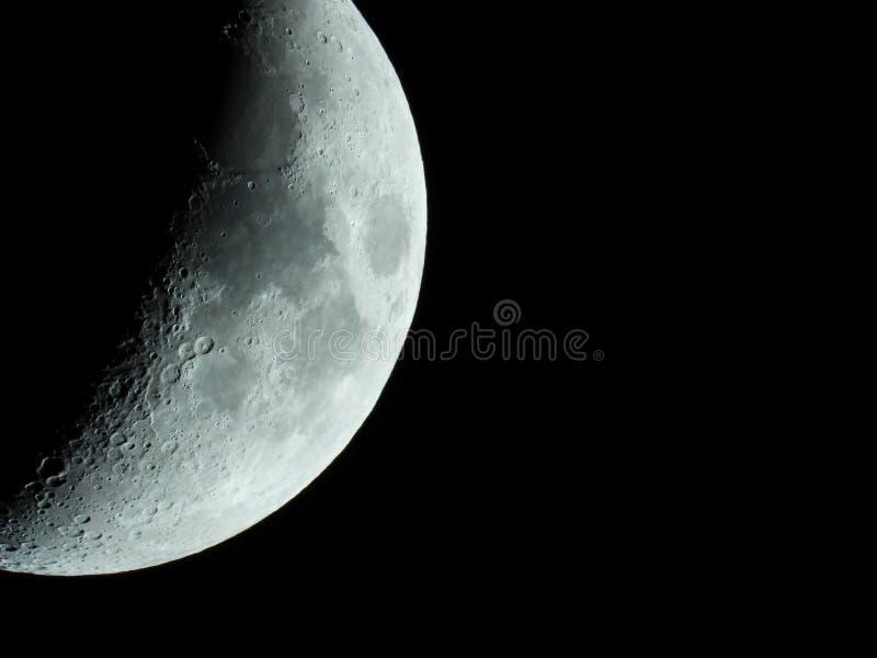 Close-up afiado mesmo da lua crescente de aumenta??o no c?u noturno imagens de stock royalty free
