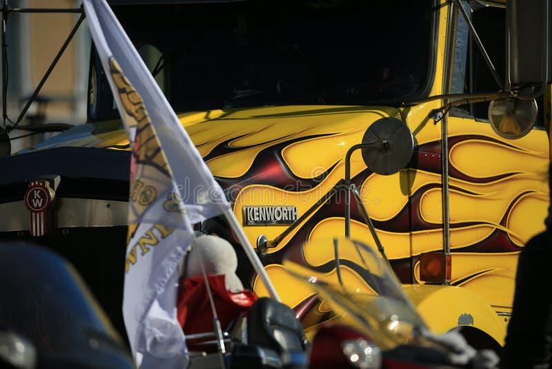 Close-up airbrushing de Kenworth do caminhão amarelo Foto do fundo fotos de stock royalty free