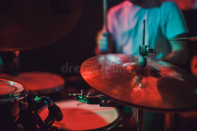 Close up ajustado do cilindro profissional Baterista com cilindros, concerto da música ao vivo imagem de stock