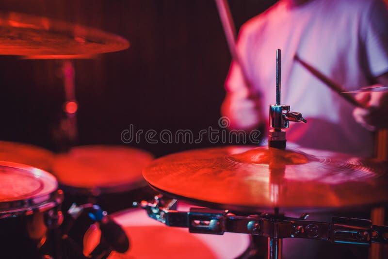Close up ajustado do cilindro profissional Baterista com cilindros, concerto da música ao vivo imagem de stock royalty free