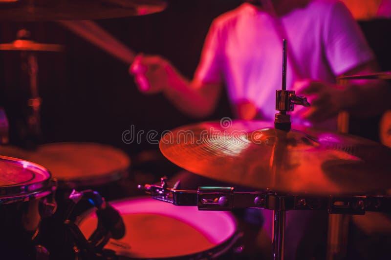 Close up ajustado do cilindro profissional Baterista com cilindros, concerto da música ao vivo fotos de stock