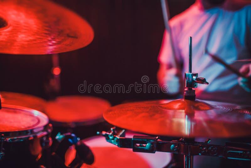 Close up ajustado do cilindro profissional Baterista com cilindros, concerto da música ao vivo fotografia de stock