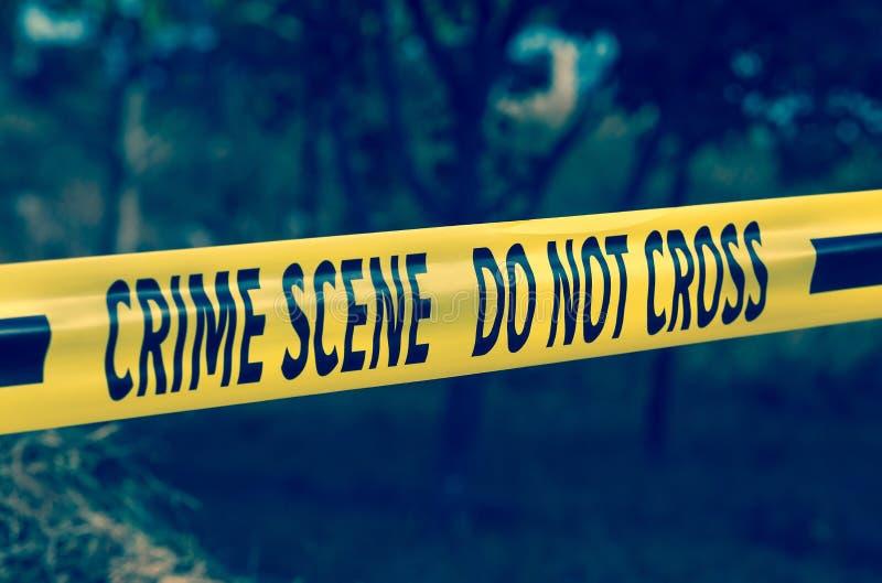 Close up amarelo da fita da polícia da cena do crime fotografia de stock
