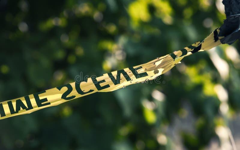 Close up amarelo da fita da polícia da cena do crime foto de stock