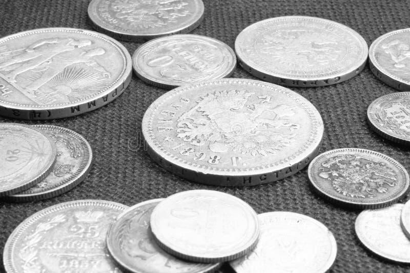 Close-up antigo de diversas moedas de prata, foto preto e branco fotografia de stock