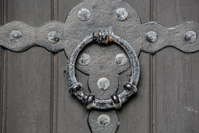 Close-up antigo velho histórico do puxador da porta de uma textura de madeira do fundo da porta do castelo fotos de stock royalty free