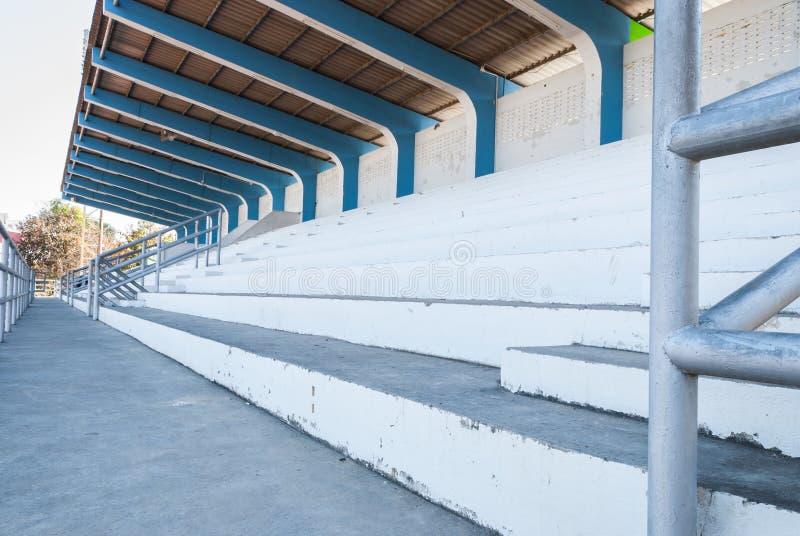 Close up ao anfiteatro branco e azul pequeno na área do estádio imagem de stock