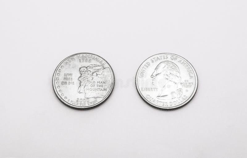 Close up ao símbolo de estado de New Hampshire na moeda do dólar de um quarto no fundo branco fotos de stock royalty free