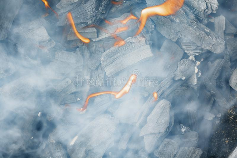 Close-up ardente do carvão vegetal Carvão no fogo e no fumo fotos de stock royalty free