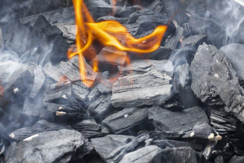 Close-up ardente do carvão vegetal Carvão no fogo e no fumo fotos de stock