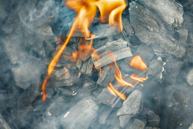 Close-up ardente do carvão vegetal Carvão no fogo e no fumo foto de stock royalty free
