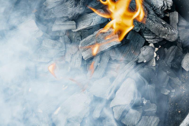 Close-up ardente do carvão vegetal Carvão no fogo e no fumo imagens de stock royalty free