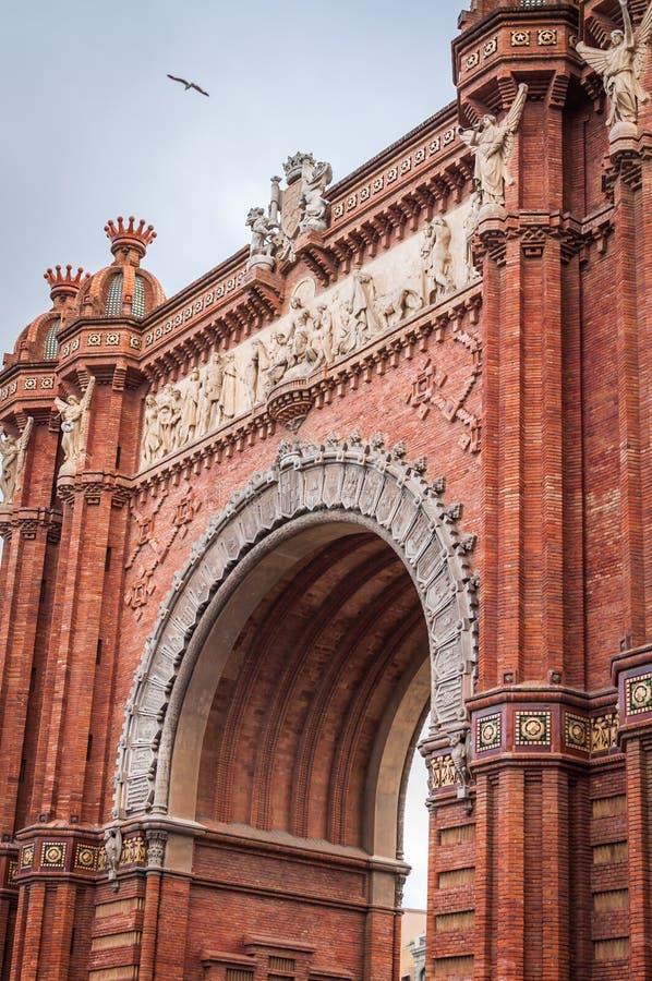 Close-up arquitet?nico do arco monumental do tijolo vermelho em Barcelona fotos de stock royalty free