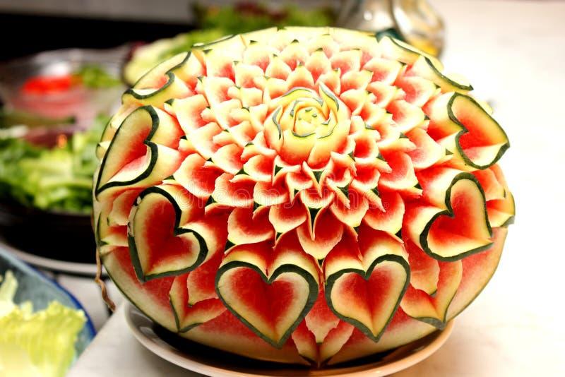 Close up a arte da melancia que cinzela o fruto imagem de stock