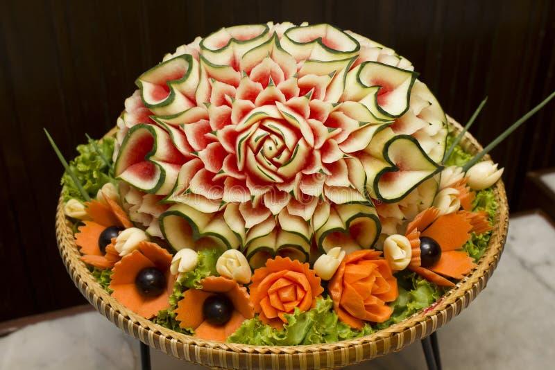 Close up a arte da melancia que cinzela o fruto imagens de stock