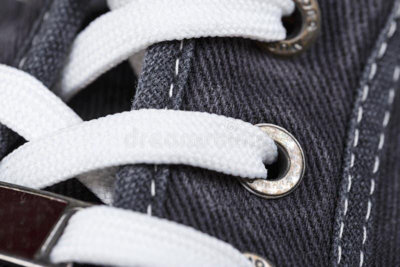 Close-up atado das sapatilhas foto de stock royalty free