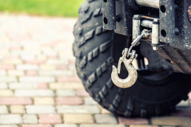 Close-up atv quadbike whick haak opgezet op offroad voertuig geschikt voor elk terrein royalty-vrije stock foto's