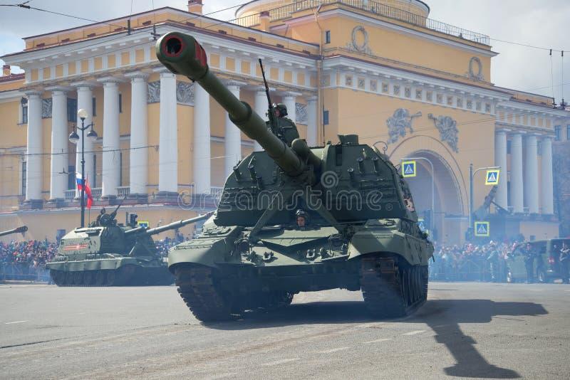 Close-up automotor pesado do ` de Msta-S do ` da artilharia Parada em honra de Victory Day St Petersburg fotografia de stock royalty free