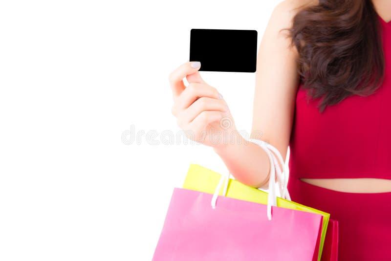 Close-up Aziatische jonge vrouw die met rode kleding creditcard en zakdocument geïsoleerd kleurrijk houden stock afbeelding