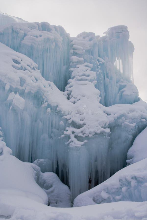 Download Close-up Azul Congelado Da Fonte Imagem de Stock - Imagem de branco, icicles: 535403