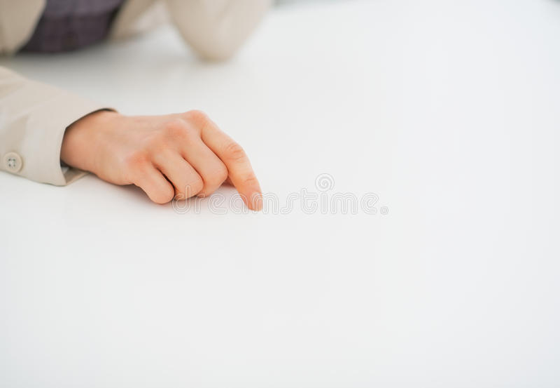 Close-up bij het bedrijfsvrouw richten op bureau stock afbeeldingen