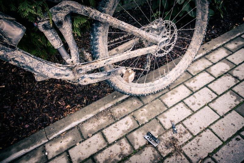 Close up biking, sujo e quebrado da montanha da bicicleta imagens de stock royalty free